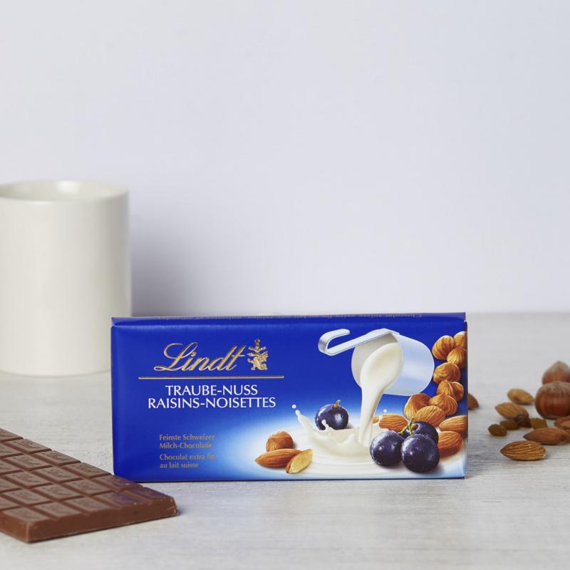 Млечно чоколадо со суво грозје, лешник и бадем