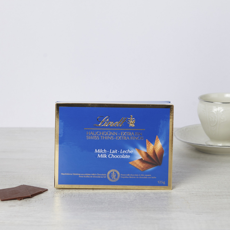 Бонбоњера со тенки мали штангли од млечно чоколадо