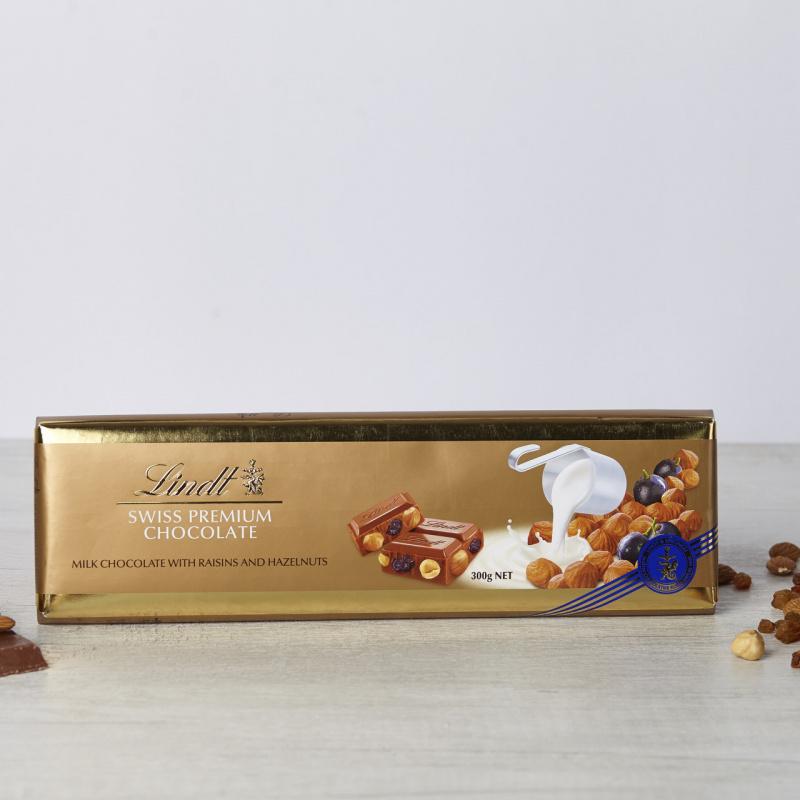 Швајцарско млечно чоколадо со суво грозје, лешници и бадеми