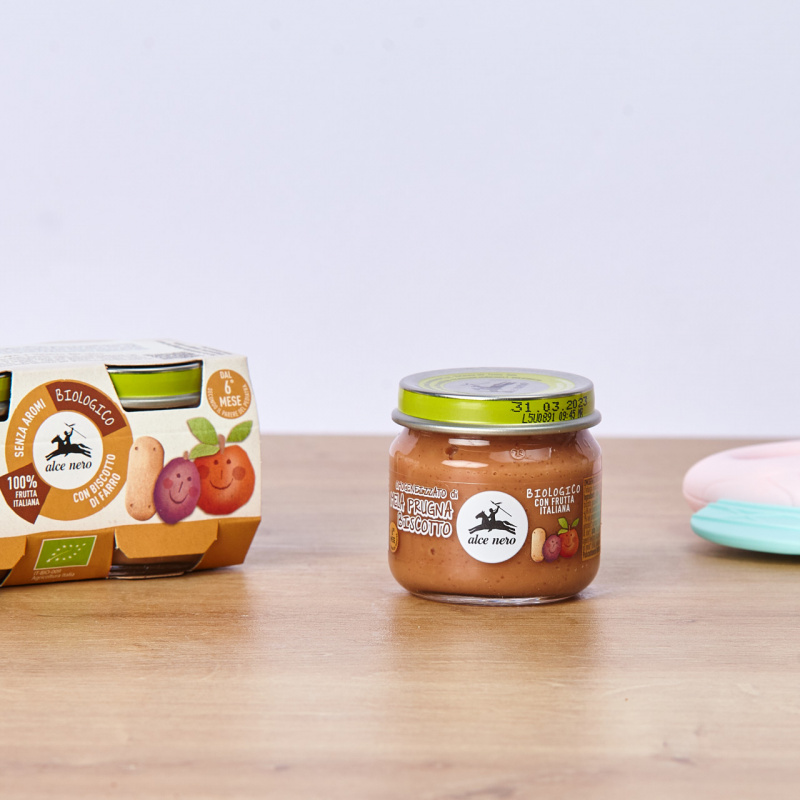 Органска храна за бебиња од јаболко, слива и бисквит